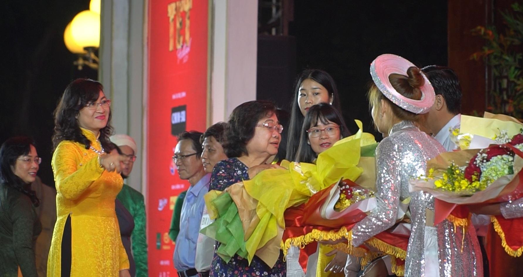 Nguyên Phó Chủ tịch nước Trương Mỹ Hoa tặng hoa cho các nhà tài trợ