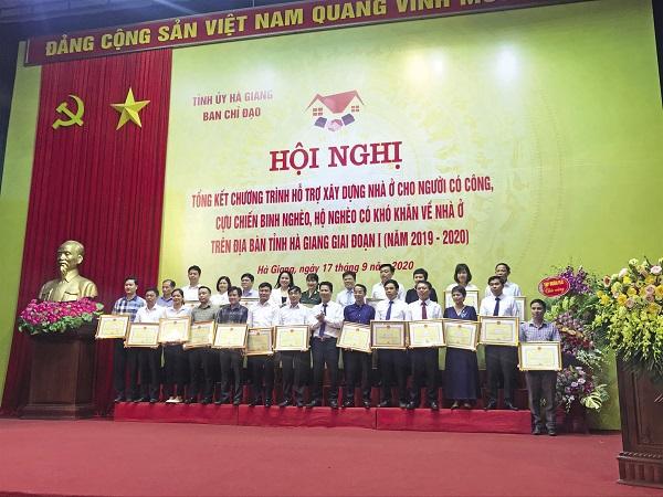 Lãnh đạo tỉnh Hà Giang trao hoa và bằng khen cho các tập thể và cá nhân có đóng góp cho chương trình.