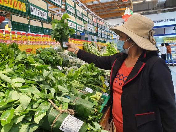 Bà Lê Thị Diệu ủng hộ việc dùng lá chuối thay thế túi nilon.