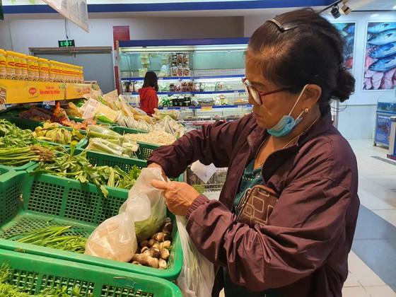 Hiện rất nhiều siêu thị đã sử dụng túi nilon tự hủy.