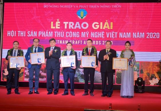 Đồng chí Cao Đức Phát vá đồng chí Lê Minh Hoan, Trao giảir thưởng đoạt giải nhất sản phẩm thủ công mỹ nghệ