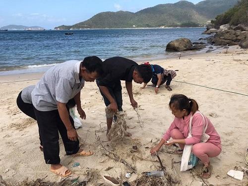 Hoạt động dọn vệ sinh môi trường tại bãi biển Cù Lao Chàm.
