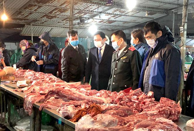 Đoàn kiểm tra liên ngành của Sở NN&PTNT Hà Nội kiểm tra nguồn gốc mặt hàng thịt lợn tại chợ đầu mối Minh Khai (quận Bắc Từ Liêm). Ảnh: Quỳnh Giang.