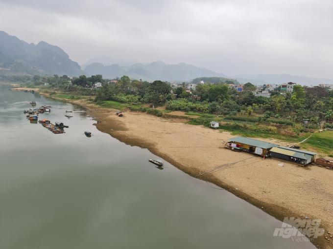 Mực nước sông Lô tại Tuyên Quang hiện nay chỉ còn hơn 10m, đây là mực nước thấp kỷ lục trong lịch sử. Ảnh: Đào Thanh.