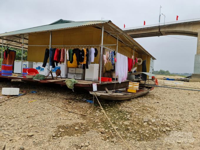 Nước sông Lô xuống thấp, nhiều nhà bè bị mắc cạn. Ảnh: Đào Thanh.