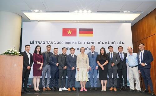 Đại diện lãnh sự quán CHLB Đức chụp hình lưu niệm với gia đình Bà Đỗ Thị Kim Liên