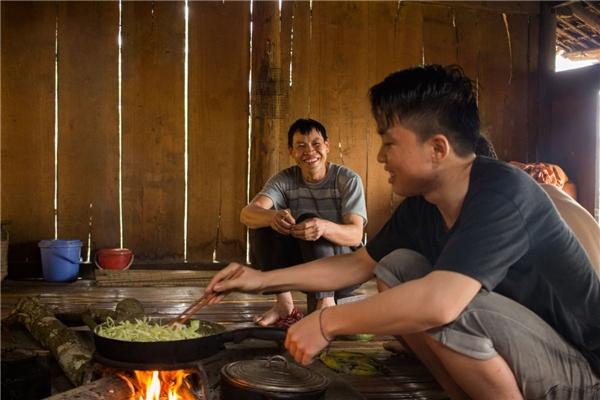 Trung nấu ăn cùng người bác.