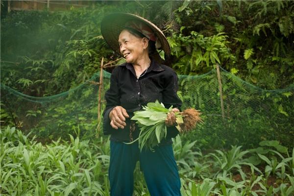 Bà Cong trong vườn nhà.
