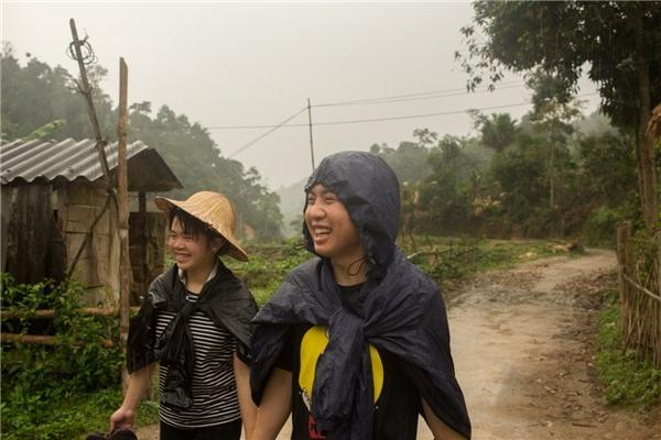 Trung (phải) cùng bạn gái.