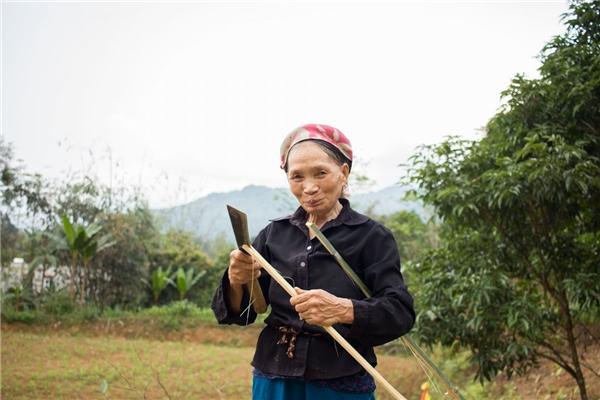 Còn bà của Trung – bà Cong – dùng dao cắt gọt tre thành hàng rào, đế nến, thậm chí cả tăm xỉa răng.