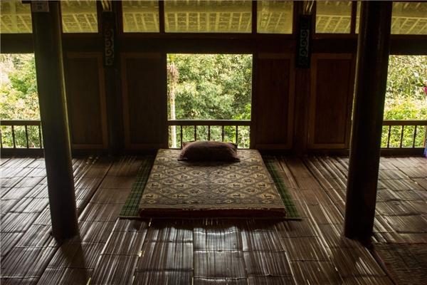 Nhà ở truyền thống của người Tày không ngăn phòng mà chỉ có một gian rộng, được sử dụng như phòng ngủ, phòng ăn và phòng khách.