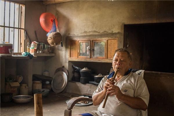 Đây là ông Tho - ông ngoại của Trung. Không nói được tiếng Anh nhưng tiếng sáo trúc của ông dễ làm say đắm lòng người.