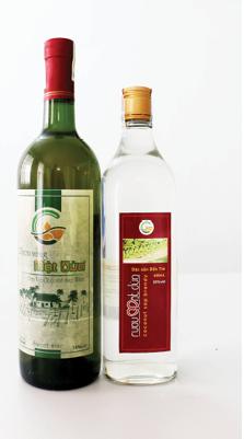 Sản phẩm rượu cao độ và rượu vang làm từ mật hoa dừa của Trung tâm Dừa Đồng Gò Bến Tre. Ảnh: Uyên Linh