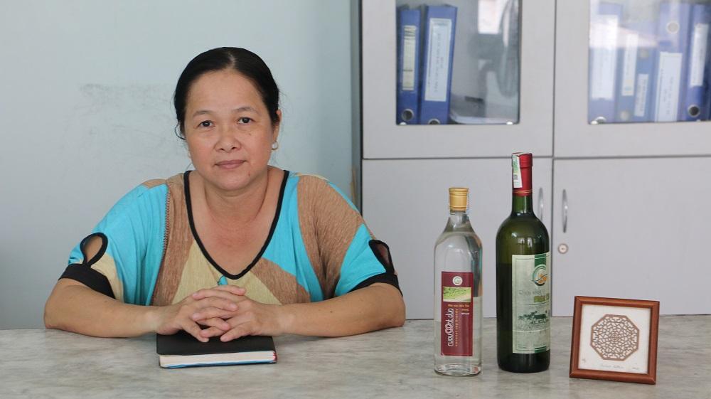 Chị Nguyễn Thị Thủy - Giám đốc Trung tâm Dừa Đồng Gò, là người nghiên cứu sản xuất rượu mật hoa dừa từ năm 2010. Ảnh: Uyên Linh