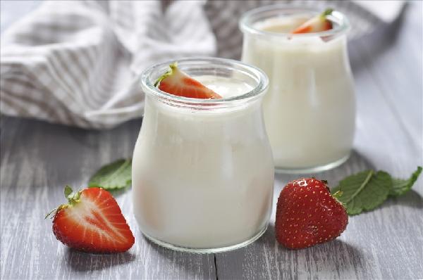 Axit trong sữa chua còn có khả năng kiềm hãm sự phát triển của vi khuẩn lên men thối trong cơ thể. Ảnh AFP.