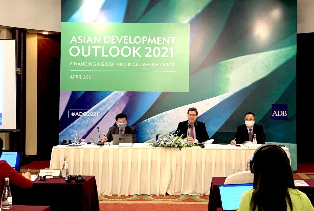 Tại cuộc họp báo, ADB khuyến nghị Việt Nam thận trọng khi nới lỏng tiền tệ-Ảnh:VGP/HT.