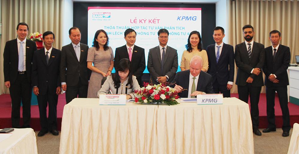 Đại diện lãnh đạo Kienlongbank & Công ty KPMG thực hiện nghi thức ký kết hợp tác thỏa thuận
