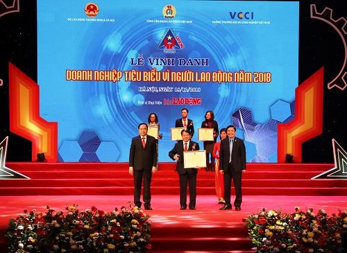 Ông Tống Xuân Phong, Chủ tịch Công đoàn đại diện PVFCCo nhận Bằng khen của Tổng liên đoàn Lao động Việt Nam