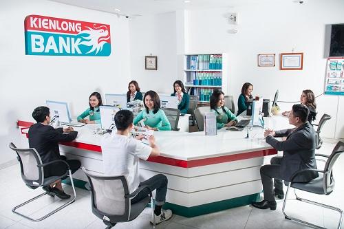 Khách hàng giao dịch tại ngân hàng Kienlongbank.