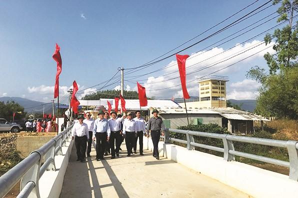 Các đại biểu tham quan công trình cầu mới.