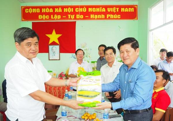 Thứ trưởng Bộ NN-PTNT Trần Thanh Nam, cùng đoàn công tác làm việc tại HTX Dịch vụ lúa - tôm Trí Lực, thuộc xã Trí Lực, huyện Thới Bình, tỉnh Cà Mau. Ảnh: Trọng Linh.