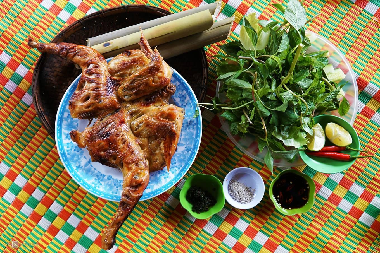 Gà nướng ăn với cơm lam là một trong những đặc sản núi rừng nổi tiếng của người đồng bào Tây Nguyên. Theo người địa phương, món ăn có xuất phát từ đồng bào dân tộc Ê Đê ở Buôn Đôn, Đắk Lắk). Sau này, đặc sản được người dân Tây Nguyên chế biến với nhiều phiên bản khác nhau.