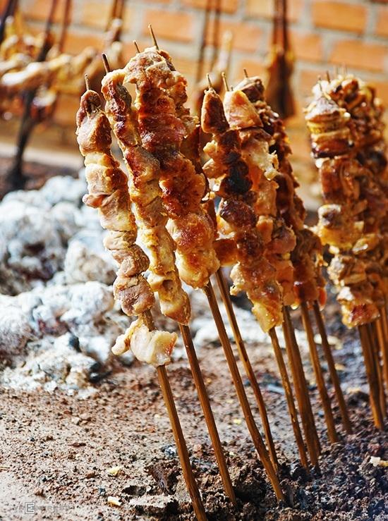 Ngoài gà, thịt heo rừng nướng cũng là món phổ biến trong thực đơn các nhà hàng miền núi.