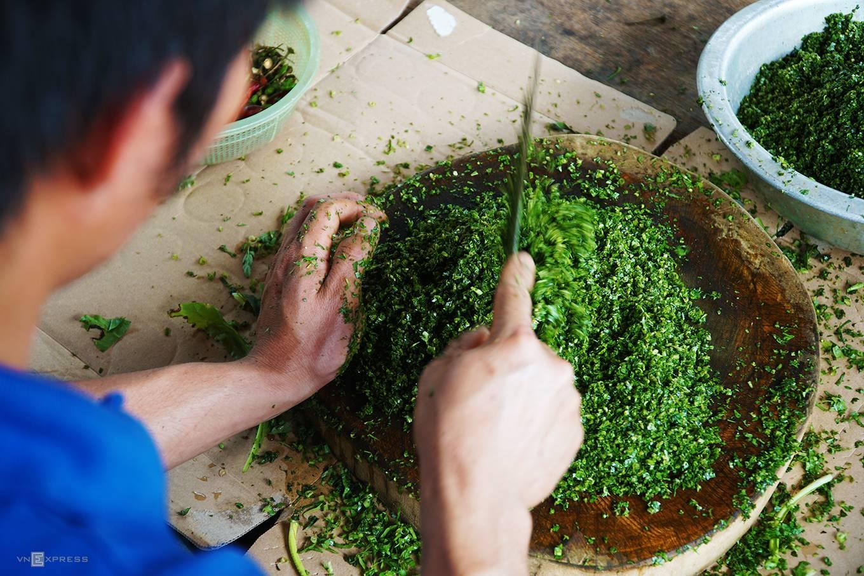 Gà nướng không thể thiếu chén muối lá é, một loại lá có mùi thơm gần như húng quế. Chén muối chấm không quá cầu kỳ, nhưng lại quện vị thêm hương cho thịt gà.