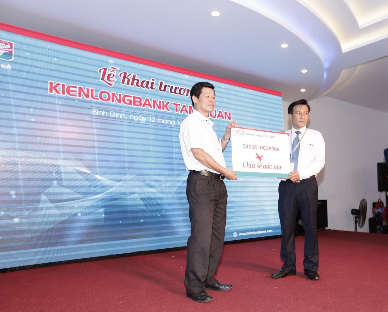 Ông Lê Kim Hùng - Giám đốc Kienlongbank Tam Quan trao bảng tượng trưng học bổng chia sẻ ước mơ cho đại diện lãnh đạo huyện Hoài Nhơn, tỉnh Bình Định