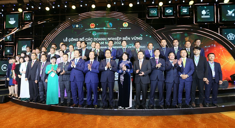 Phó Chủ tịch nước Đặng Thị Ngọc Thịnh, ông Vũ Tiến Lộc – Chủ tịch VCCI cùng đại diện các doanh nghiệp bền vững 2020