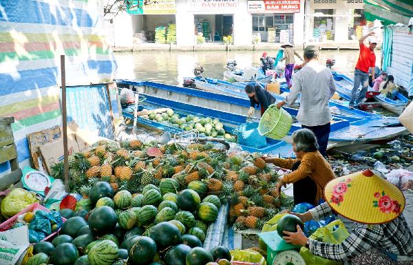 """Chợ truyền thống thường được hình thành ở địa thế """"trên bến dưới thuyền"""". Ảnh: DUY KHÔI."""