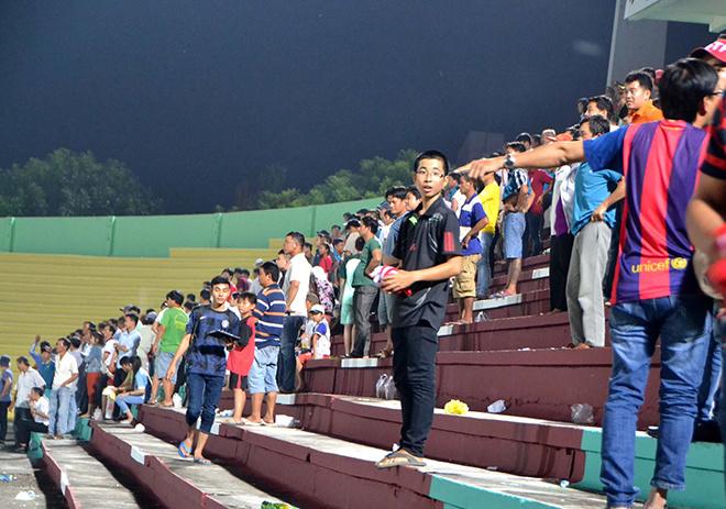 Cảnh sát vào sân hộ tống trọng tài V-League - ảnh thể thao