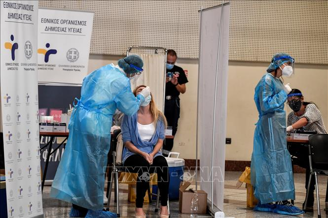 Nhân viên y tế lấy mẫu dịch COVID-19 cho người dân tại Athens, Hy Lạp, ngày 20/10. Ảnh: AFP/TTXVN
