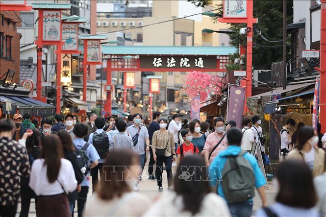 Người dân đeo khẩu trang phòng lây nhiễm COVID-19 tại Asakusa, Tokyo, Nhật Bản, ngày 4/10. Ảnh: THX/TTXVN