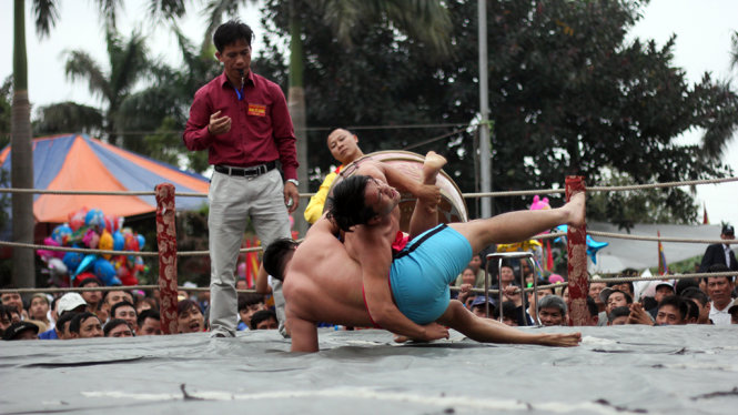 Không tuân theo thời gian và tính điểm như các trận đấu vật khác, đô vật tại làng Vĩnh Khê được coi là thắng tuyệt đối khi hạ được đối thủ ở tư thế hai vai, một bên mông chạm thảm cùng lúc trong khoảng thời gian 3 giây - Ảnh: Tiến Thắng