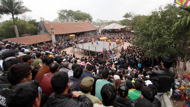 Hàng ngàn người quây kín xung quanh sân đình làng Vĩnh Khê để theo dõi các đô vật thi đấu - Ảnh: Tiến Thắng