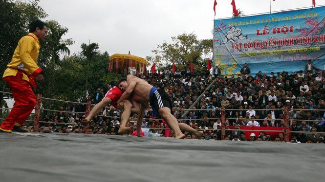 Mỗi trận thi đấu trong lễ hội vật làng Vĩnh Khê luôn diễn ra quyết liệt giữa các đô vật - Ảnh: Tiến Thắng