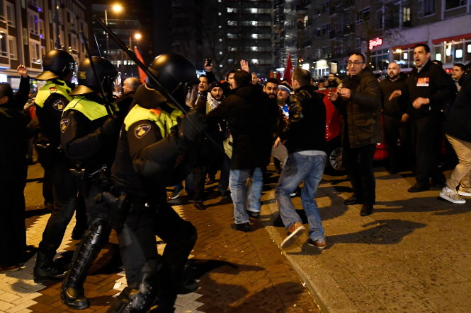 Người Thổ Nhĩ Kỳ tụ tập gần Lãnh sự quán Thổ Nhĩ Kỳ ở Rotterdam (Hà Lan) đêm 11-3 - Ảnh: Reuters
