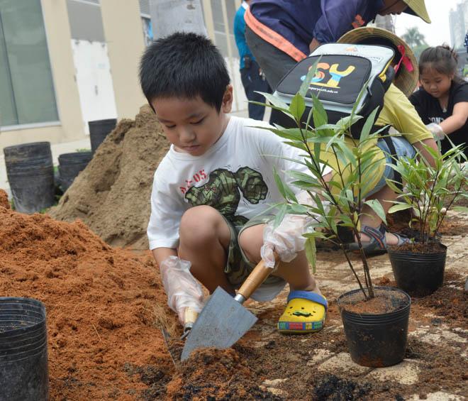 Các bé thiếu nhi rất hào hứng khi được trải nghiệm cảm giác làm nông dân thực thụ qua trò chơi trồng cây