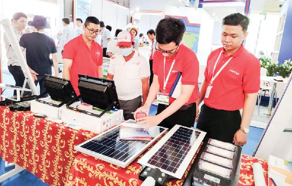 Khách tham quan, tìm hiểu các thiết bị công nghệ phục vụ nuôi tôm được trưng bày, giới thiệu tại VietShrimp 2021.