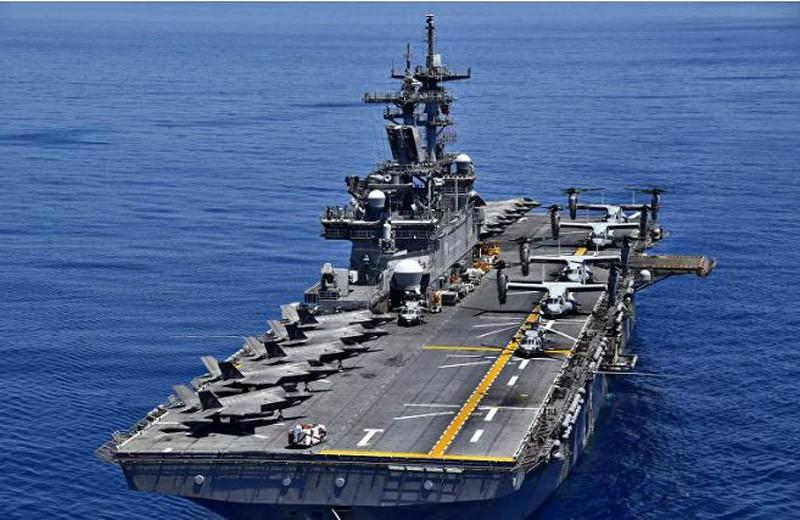 Tàu tấn công đổ bộ USS Wasp (LHD 1) đi qua vùng biển của Biển Đông. Ảnh: PETTY OFFICER 1ST CLASSS DANIEL B/SPUTNIK