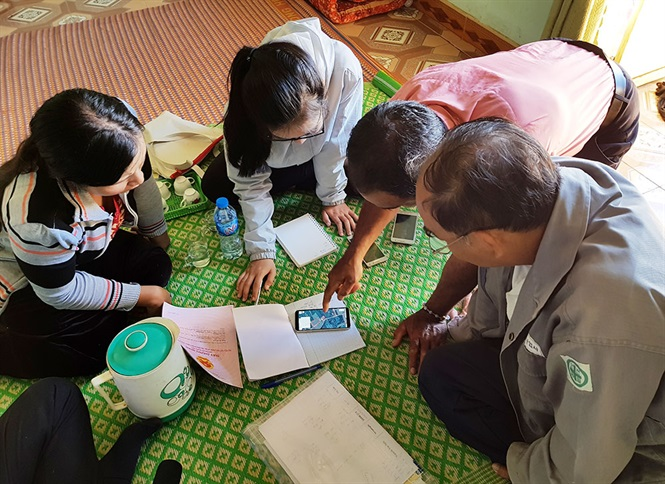 Các điều tra viên đi điều tra thực tế từng nông hộ trồng cà phê tại Lâm Đồng.