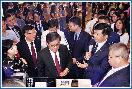 Ông Nguyễn Kim Anh, phó Thống đốc NHNN Việt Nam, trải nghiệm mở thẻ chip nội địa của Sacombank với sự giới thiệu của ông Nguyễn Minh Tâm, phó Tổng giám đốc Sacombank