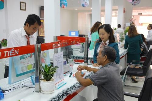 Khách hàng giao dịch trong ngày khai trương Kienlongbank Quảng Nam