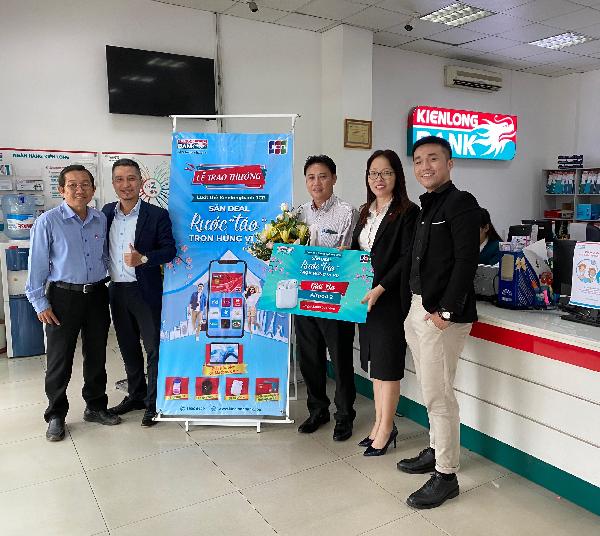 Khách hàng Nguyễn Xuân Trường nhận Giải Ba - Airpod 2, trị giá 5 triệu đồng tại Kienlongbank Bình Dương.