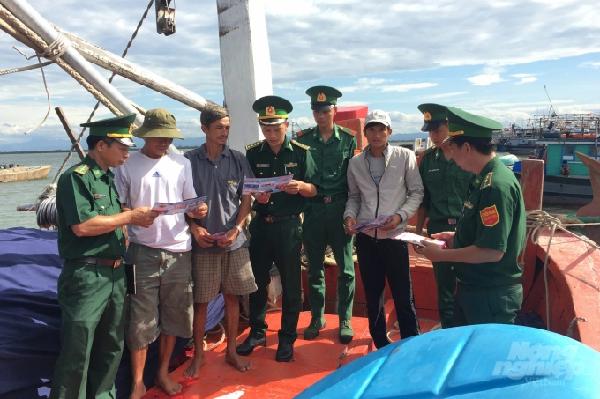 Lực lượng chức năng tuyên truyền cho ngư dân về