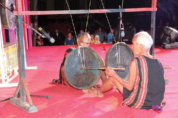Các nghệ nhân dân tộc Brâu biểu diễn đánh chiêng Tha tại đêm hội cồng chiêng Kon Tum - những sắc màu văn hóa ngày 16/10/2014.