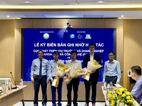 Đại diện VCIC và Vifores tặng hoa cho đại diện các nhóm sáng chế.