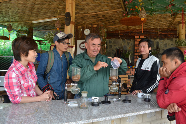Du khách thưởng thức cà phê Chồn ở Đà Lạt. (Ảnh: Báo Lâm Đồng)