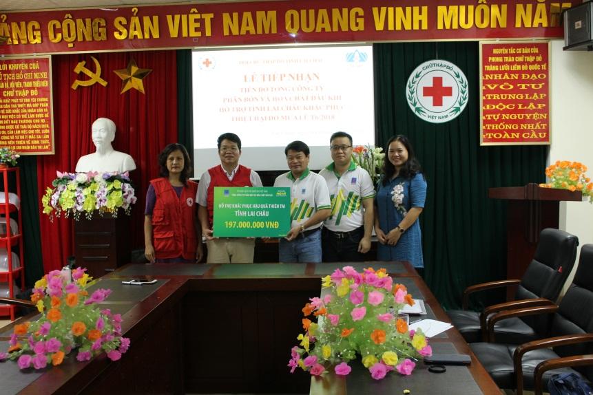 Ông Tống Xuân Phong trao ủng hộ của người lao động PVFCCo cho Hội Chữ thập đỏ tỉnh Lai Châu